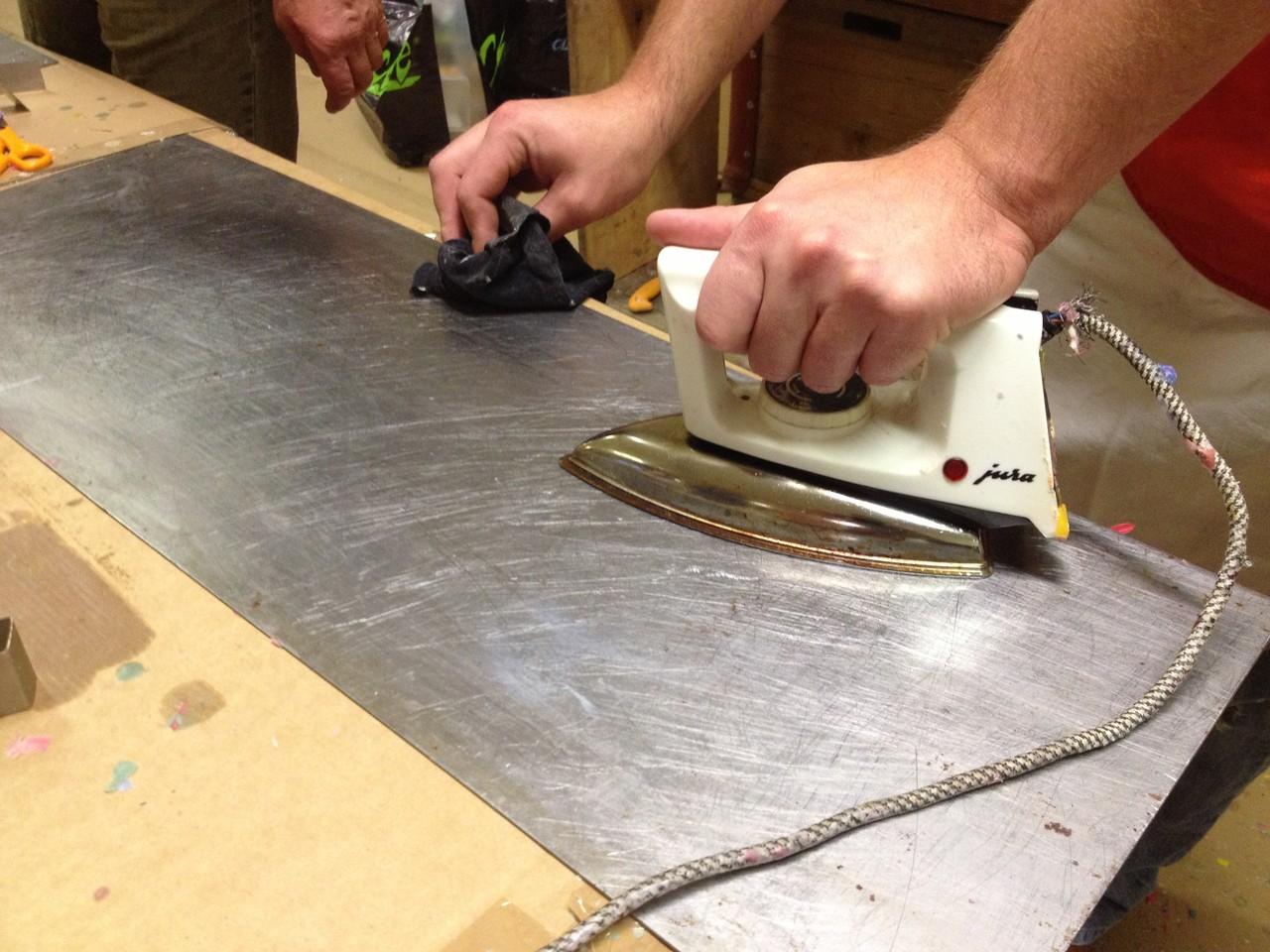 Auch auf Details kommt es an: Das Metallbrett für die Fackel-Fläche wird sanft vorgeheizt.