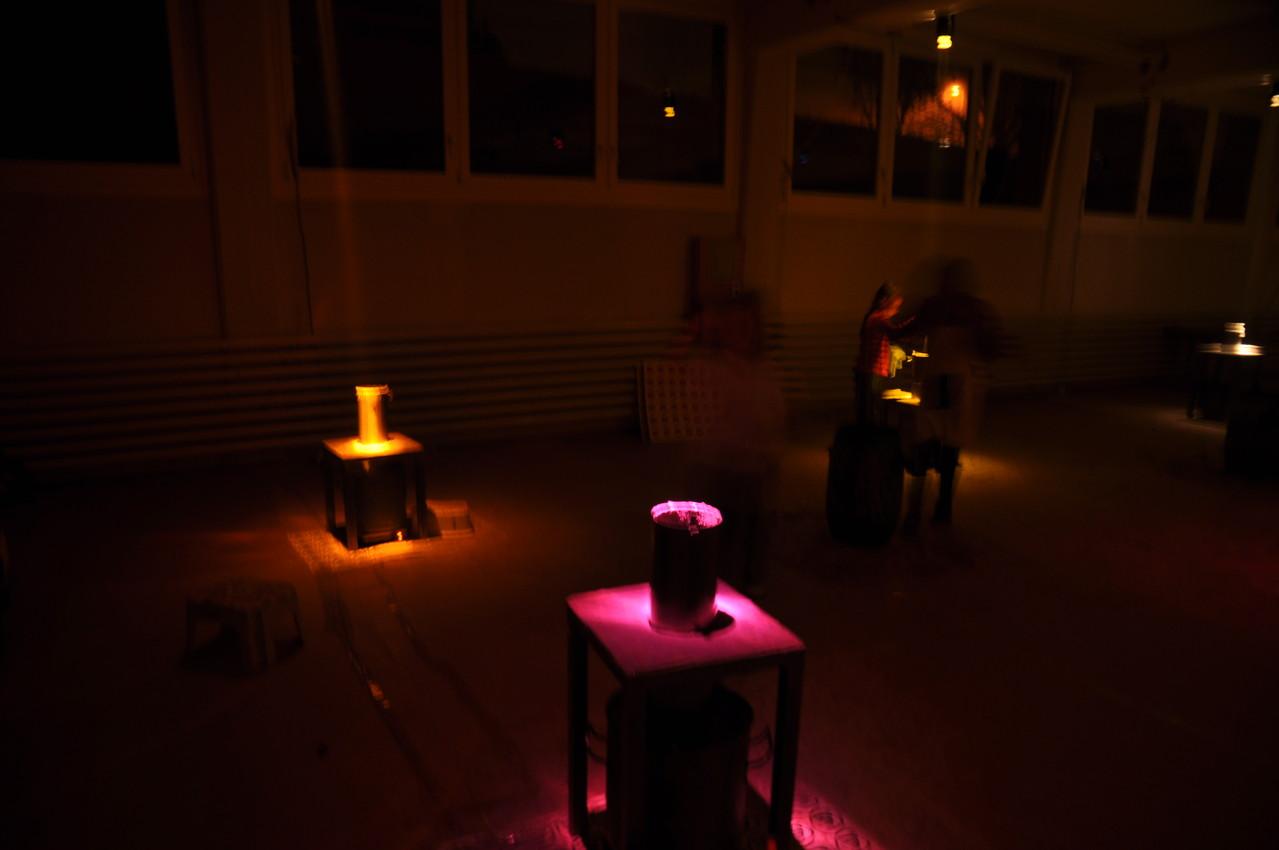Stimmungsvolles Licht taucht die Wachskübel in eine heimelige Lounge-Atmosphäre.