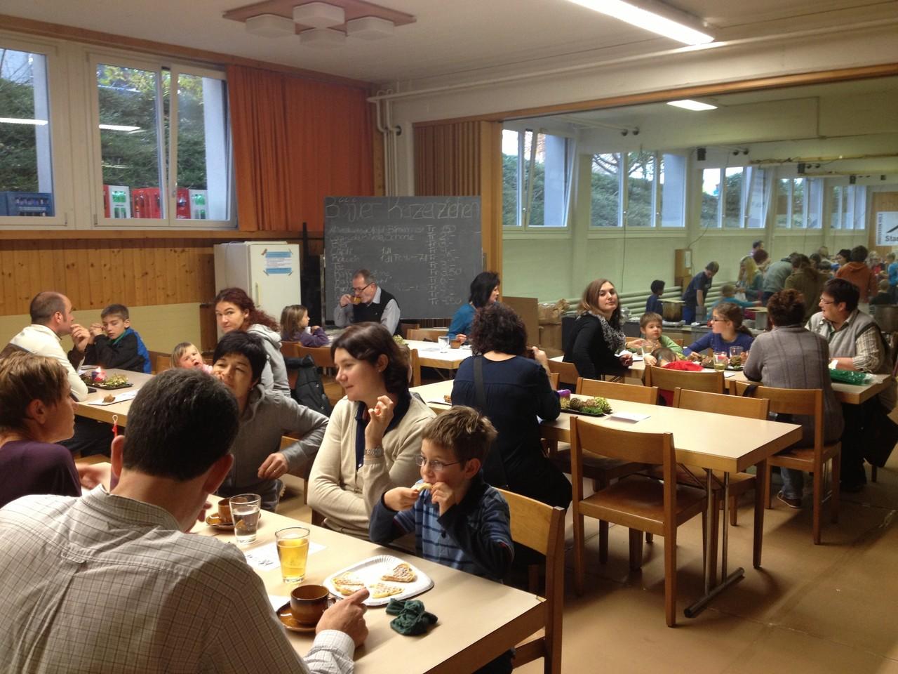 Auch im gastronomischen Teil des Kellers hat sich zahlreiches Publikum eingefunden: Im Café Docht.
