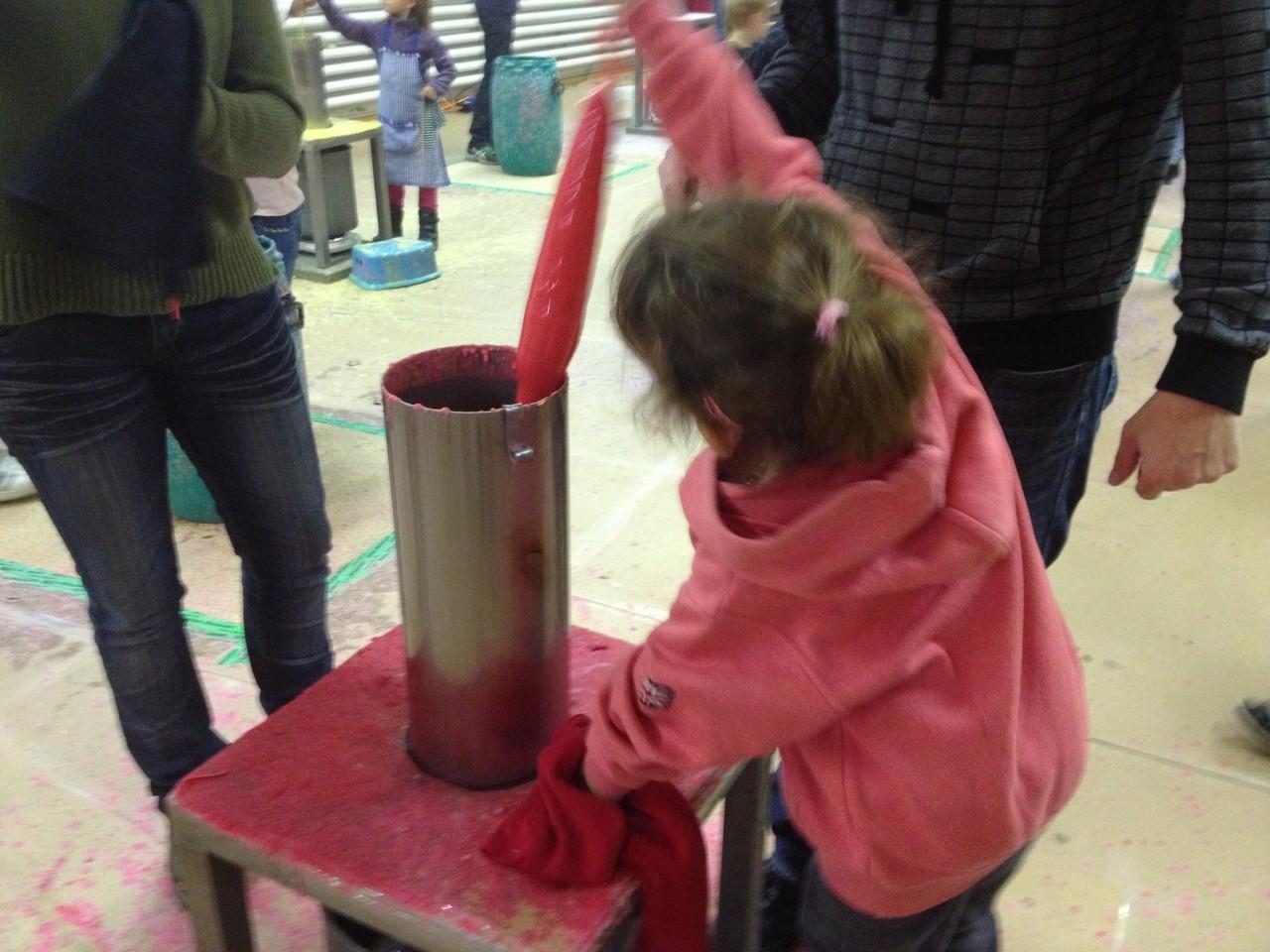 Für die kleinsten Künstler haben wir auch kleine Stufen bereit: So dass jeder seine Kerze ins Wachs tauchen kann...