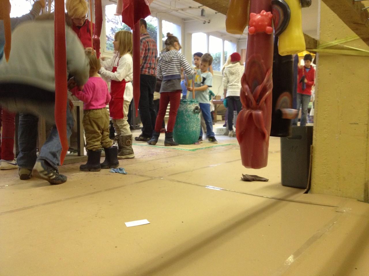 Kinder und Kunst: Wenn das mal nicht schon ein bisserl Weihnachten ist... hübsche Kerzen und fröhliche Kinder.