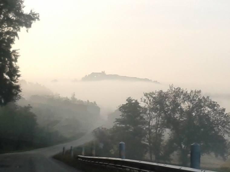 Monflanquin dans la brume... à découvrir un des plus beaux villages de France - Crédit Photo Nathalie Rumeau