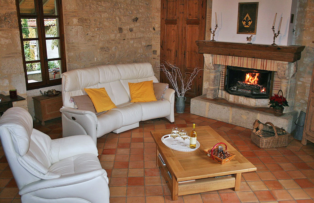 salon avec feu de cheminée en hiver