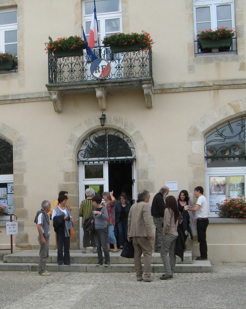 "Discussions animées devant la mairie... en sortant de la projection du film "" Un autre jardinage""..."