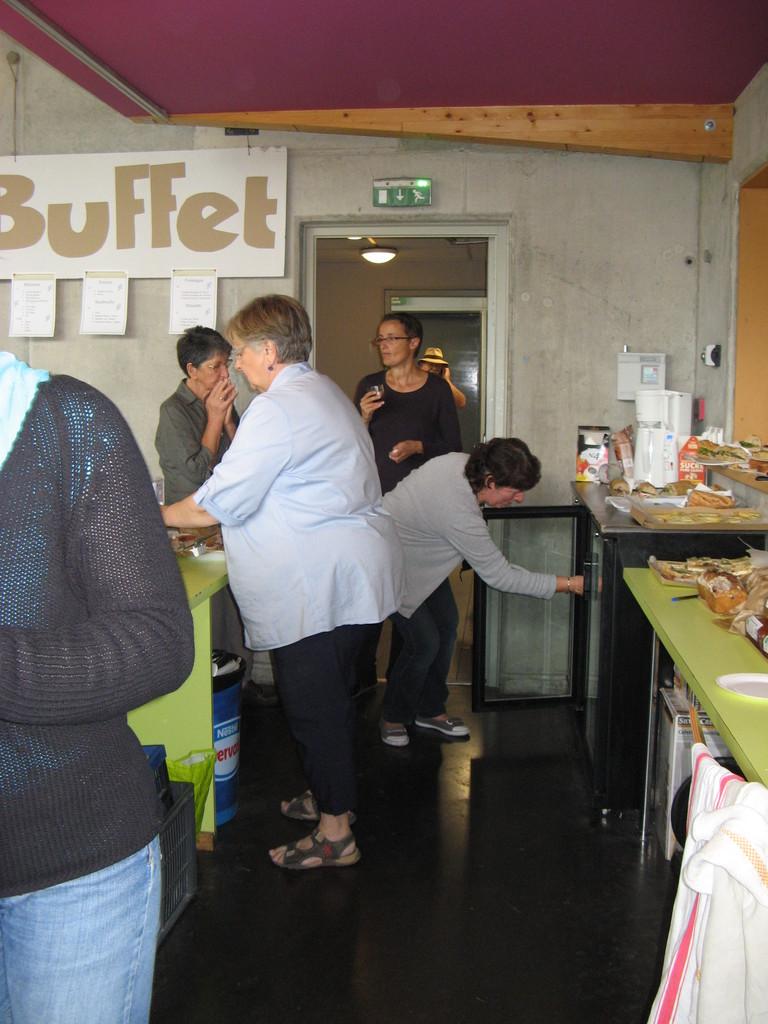 Pause déjeuner suite... 064... ça s'active au buffet...