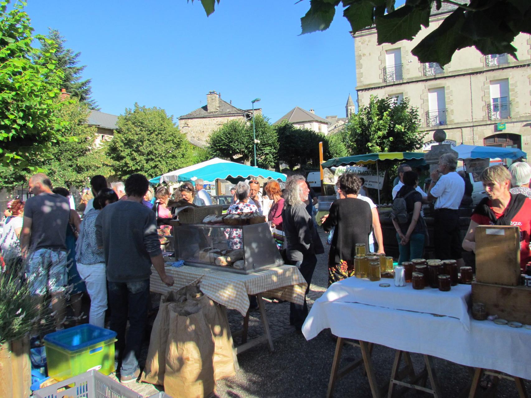 Marché sur la place de la mairie de Saint Julien-Chapteuil au mois de juillet