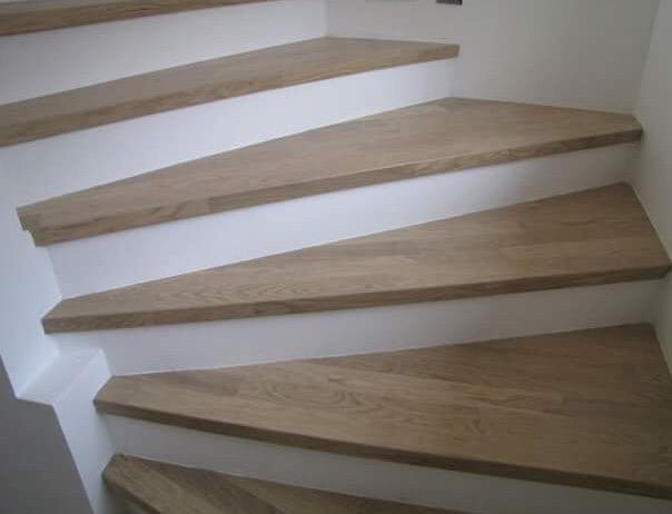 Treppe mit Holzstufen