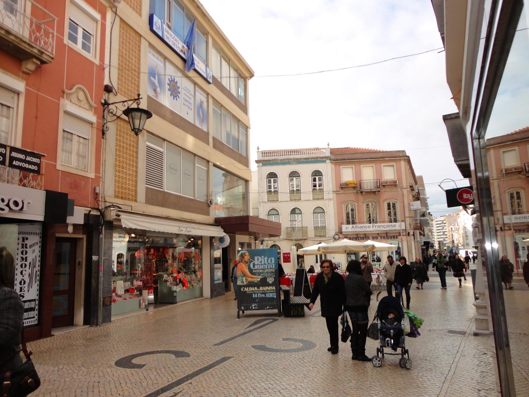 Vista da Rua das Montras junto à entrada para o Centro Comercial da Rua das Montras, vindo da Praça da Fruta