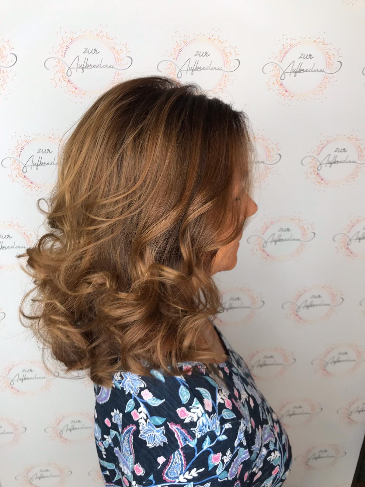 Halblanger Schnitt mit viel natürlichem Volumen im Haar generiert