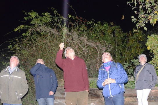 Herr Eichelkraut in der Mitte erklärt uns den nächtlichen Sternenhimmel. Im Hintergrund der Halbmond (mit Jupiter in seiner Nähe)