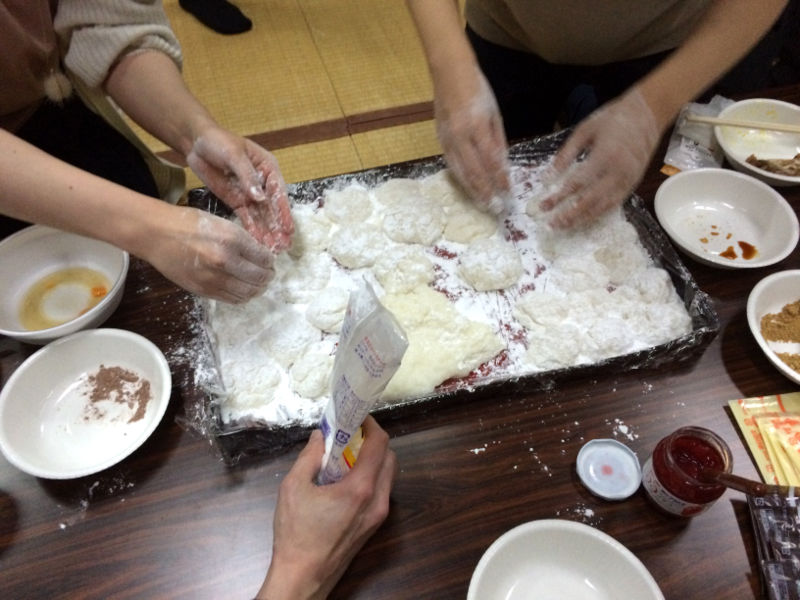 餅が手に引っ付かないように粉を付けます