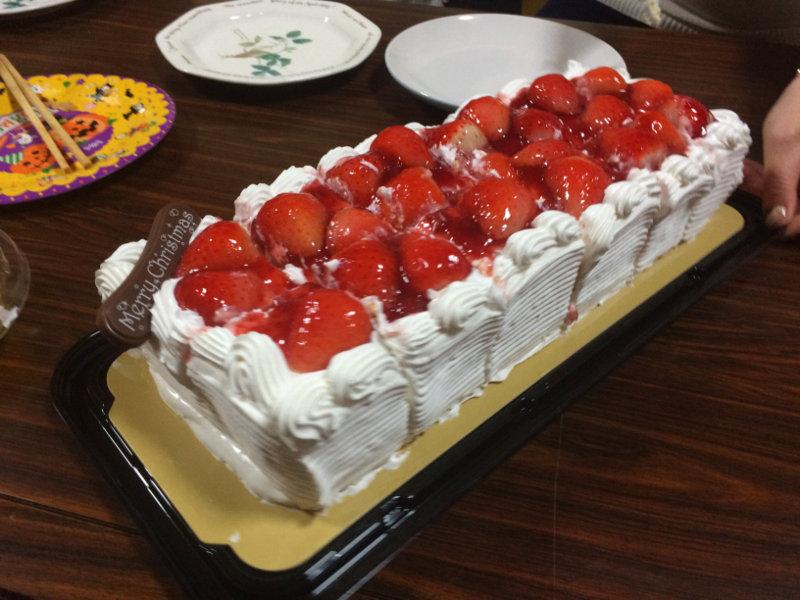 最後に特大のケーキをみんなで食べました☆
