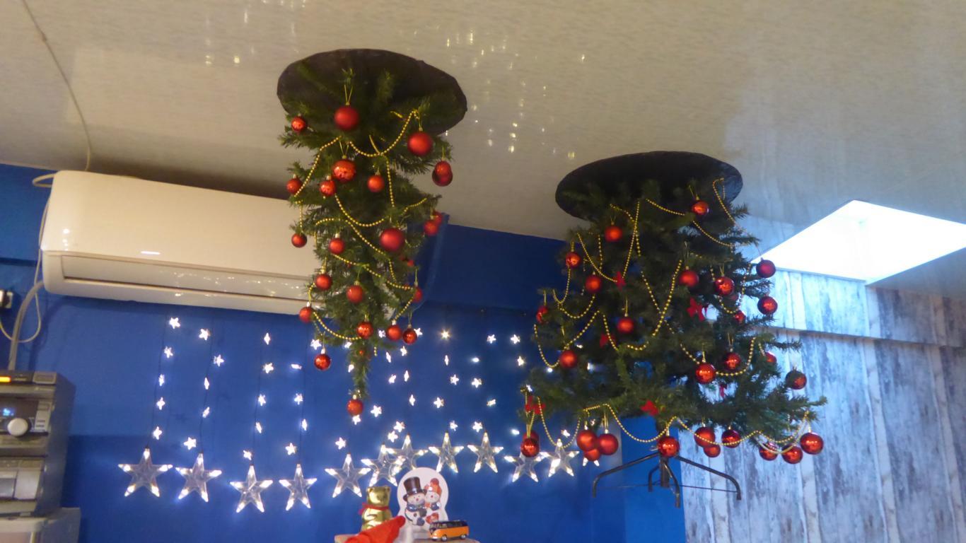 Auch an der Decke kann der Weihnachtsbaum hängen