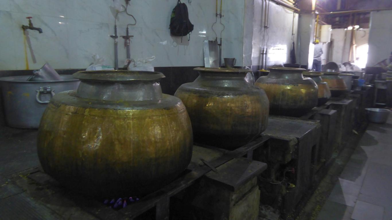 In riesigen Behältern wird für Arme gekocht