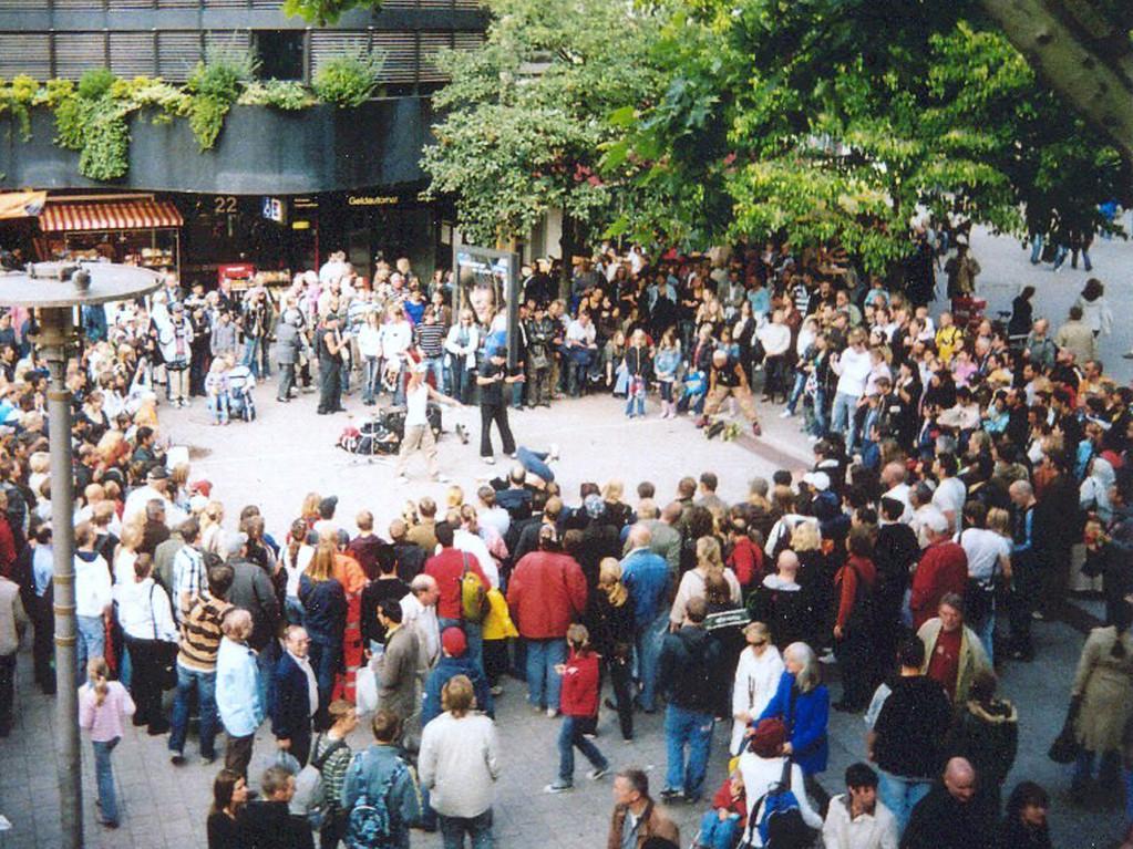 Hamburg. Show bei einem Straßenfest in der Fußgängerzone.