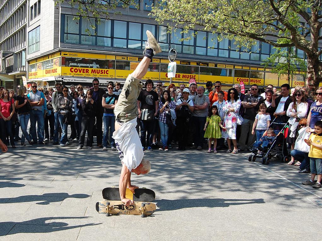 Berlin. Am Kurfürstendamm eine Straßenshow.