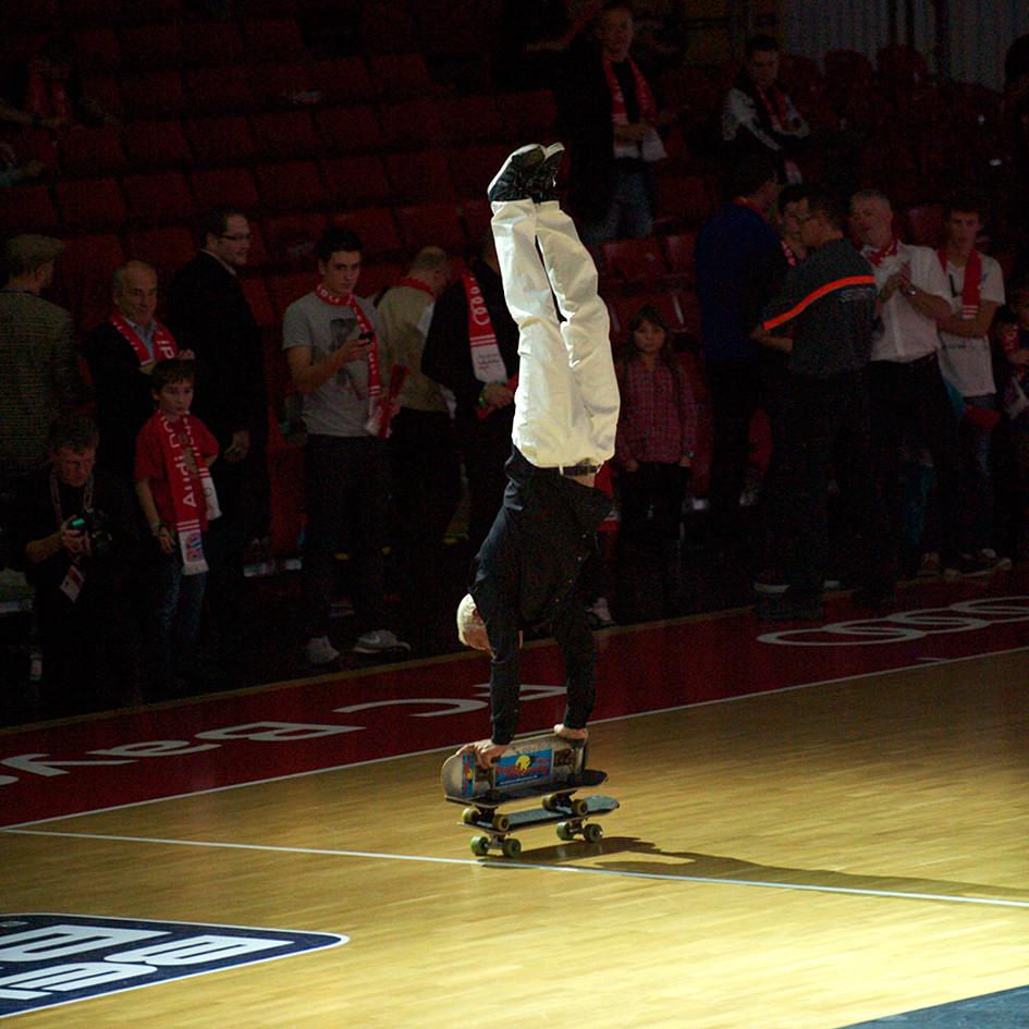 Eddie Haack, Handstand auf 3 Skateboards.