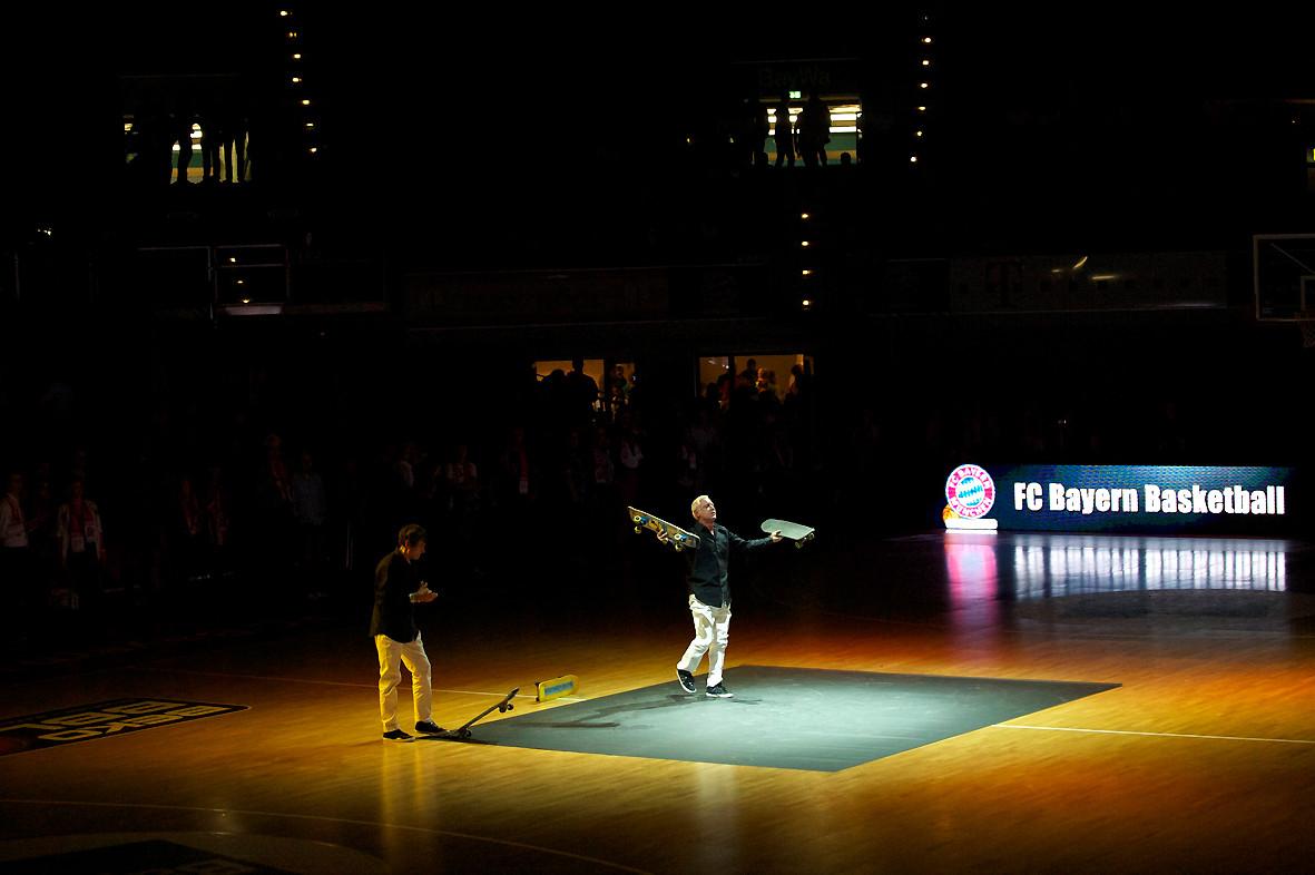 In der Pause beim Basketball Bundesliga-Spiel. Die Skateboardmasters.
