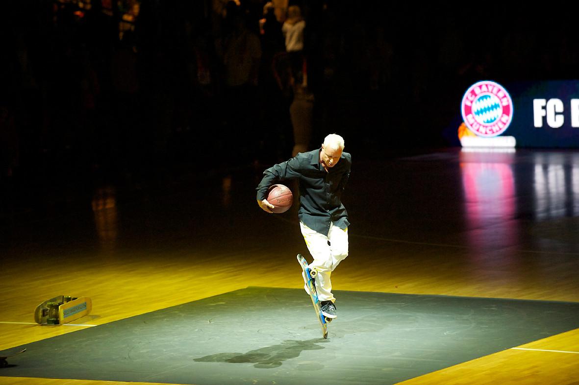 Eddie Haack, Crossfoot Pogo dabei Basketball spielen.