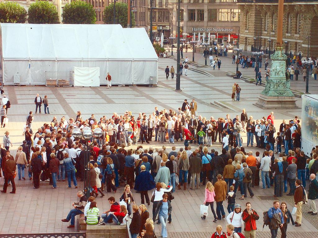 Hamburg. Show bei einem Straßenfest am Rathausmarkt.