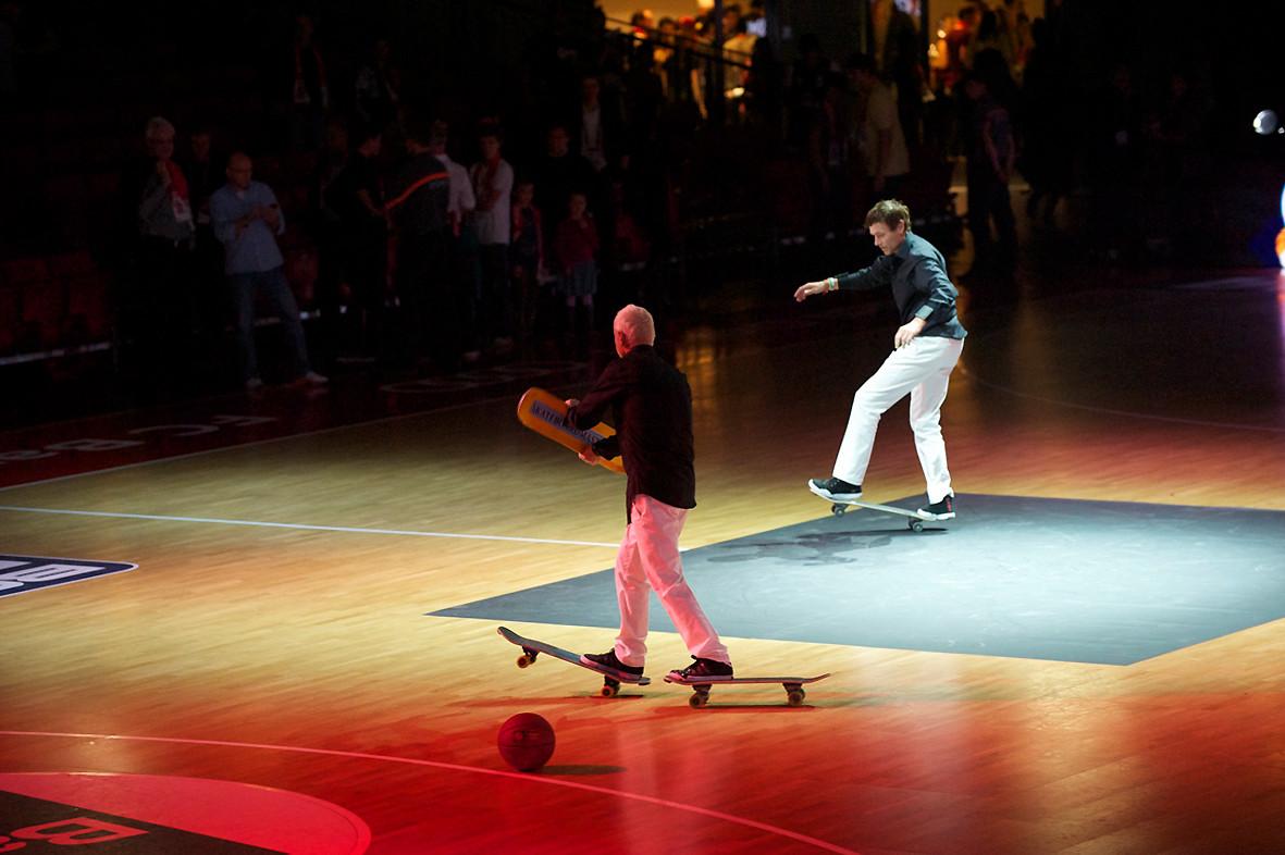 Eddie Haack, skaten mit 2 Skateboards und dabei Jonglieren.
