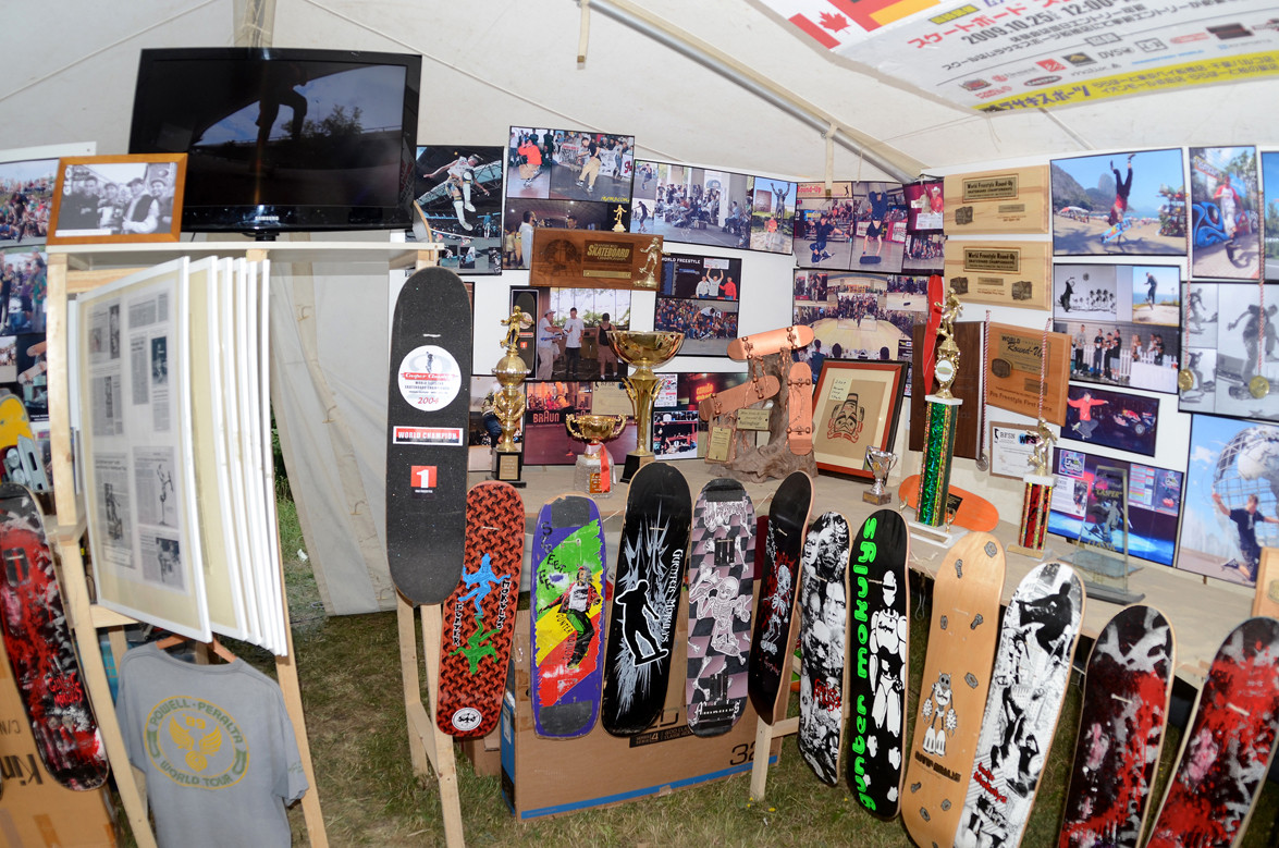 World Champion Contest. Pokale, Bilder, Skateboards.