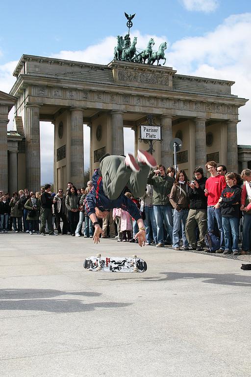 Berlin. Eine Straßenshow am Brandenburger Tor.