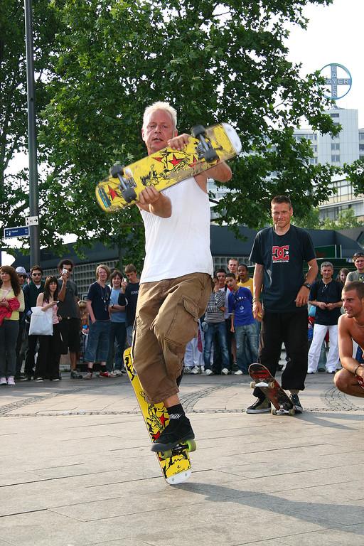 Berlin. Eine Straßenshow am Kurfürstendamm.