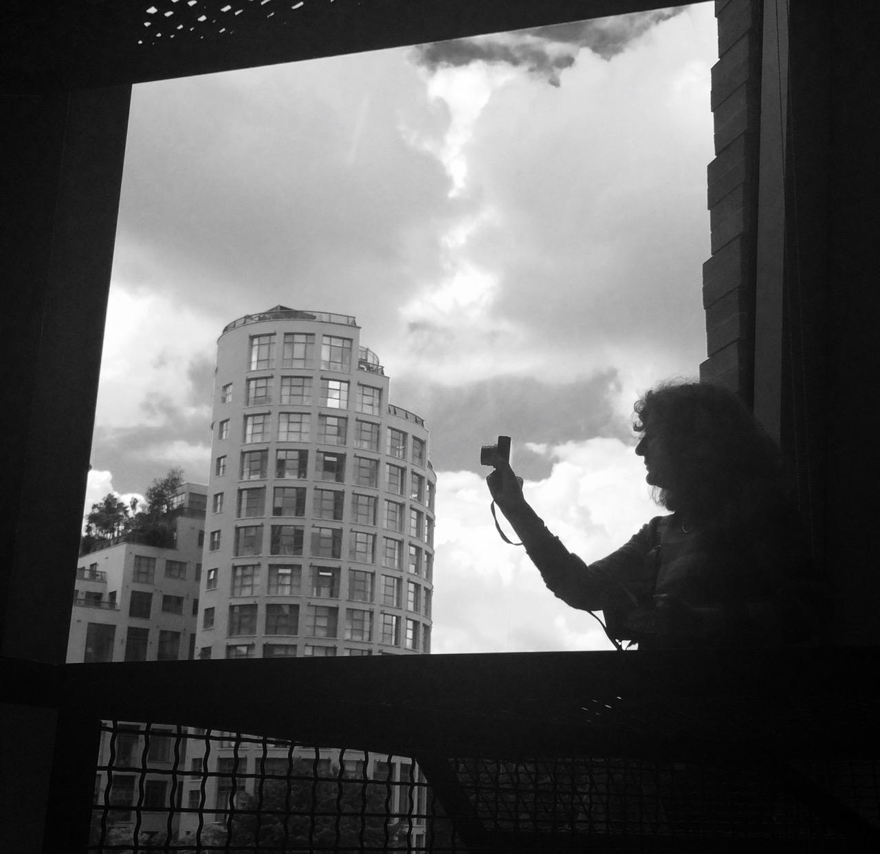 Visitatrice che fotografa alla finestra. Foto di Alessia Paionni