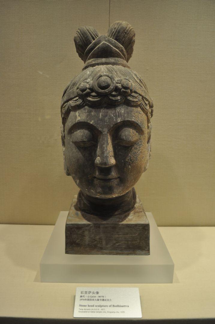 Testa di Bodhisattva in pietra - Dinastia Tang (618-907 d.C.)
