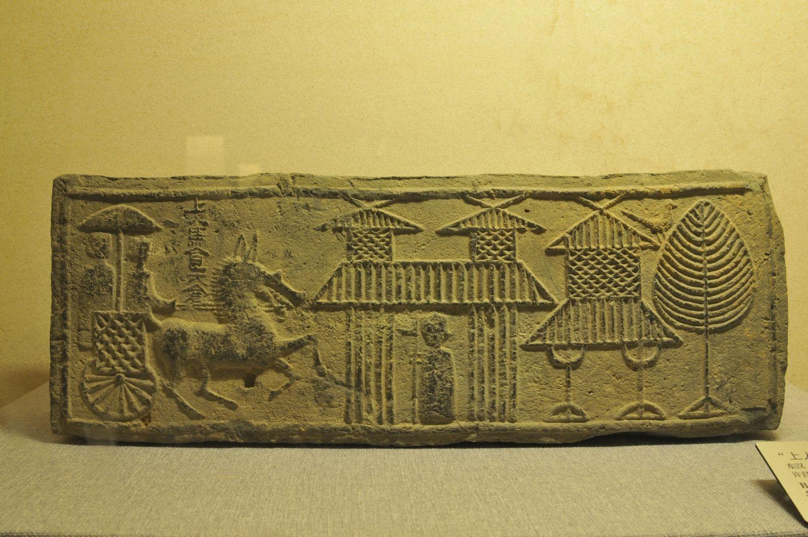 Mattone con decorazioni figurative e inscrizione - Dinastia Han Orientali (25-220 d.C.)