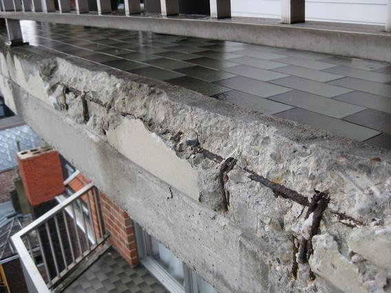 Bords de balcon éclatés par carbonatation des bétons