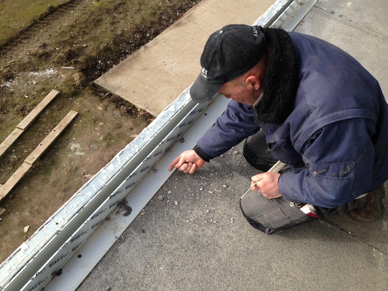 La cornière est fixée à travers le roofing.