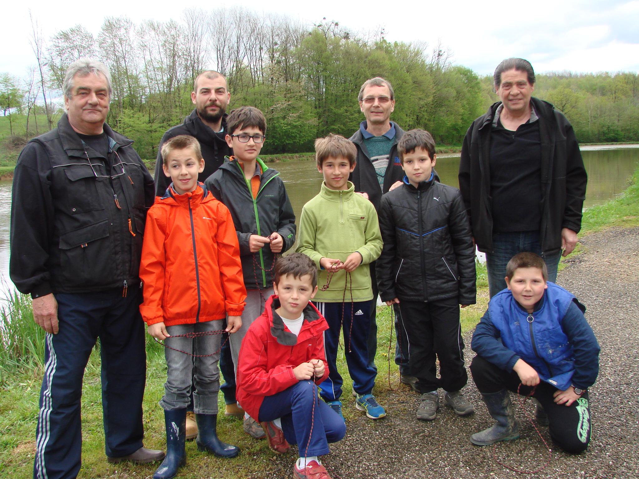 Samedi 16 avril ouverture de l'école de pêche : encadrant et jeunes pêcheurs 5 autres jeunes vont venir grossir l'équipe d'ont 2 filles.