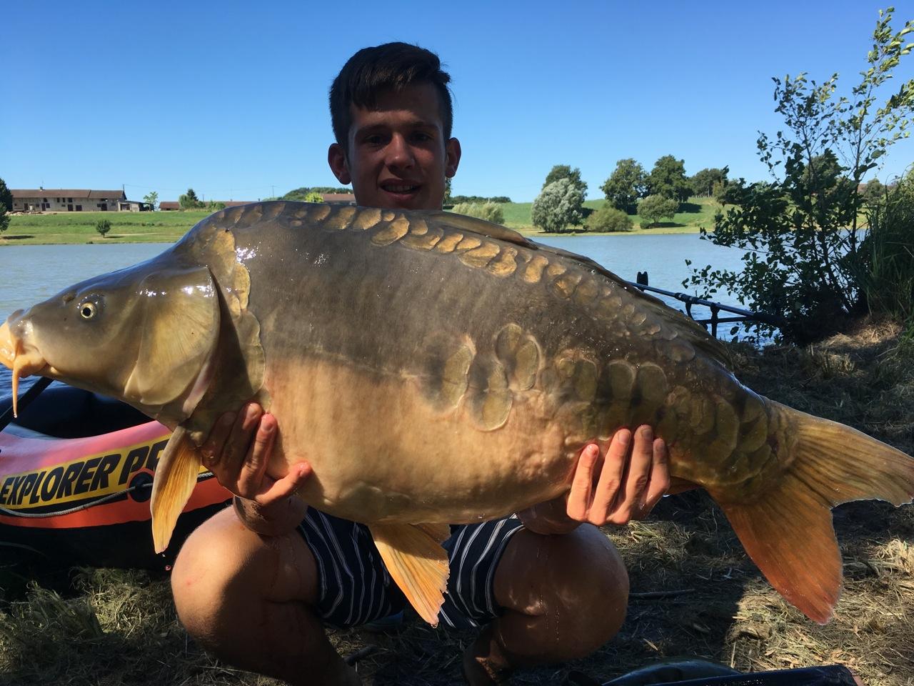 une carpe de 38 livres prise à l'étang de Louvarel par Clément et Thomas Bob
