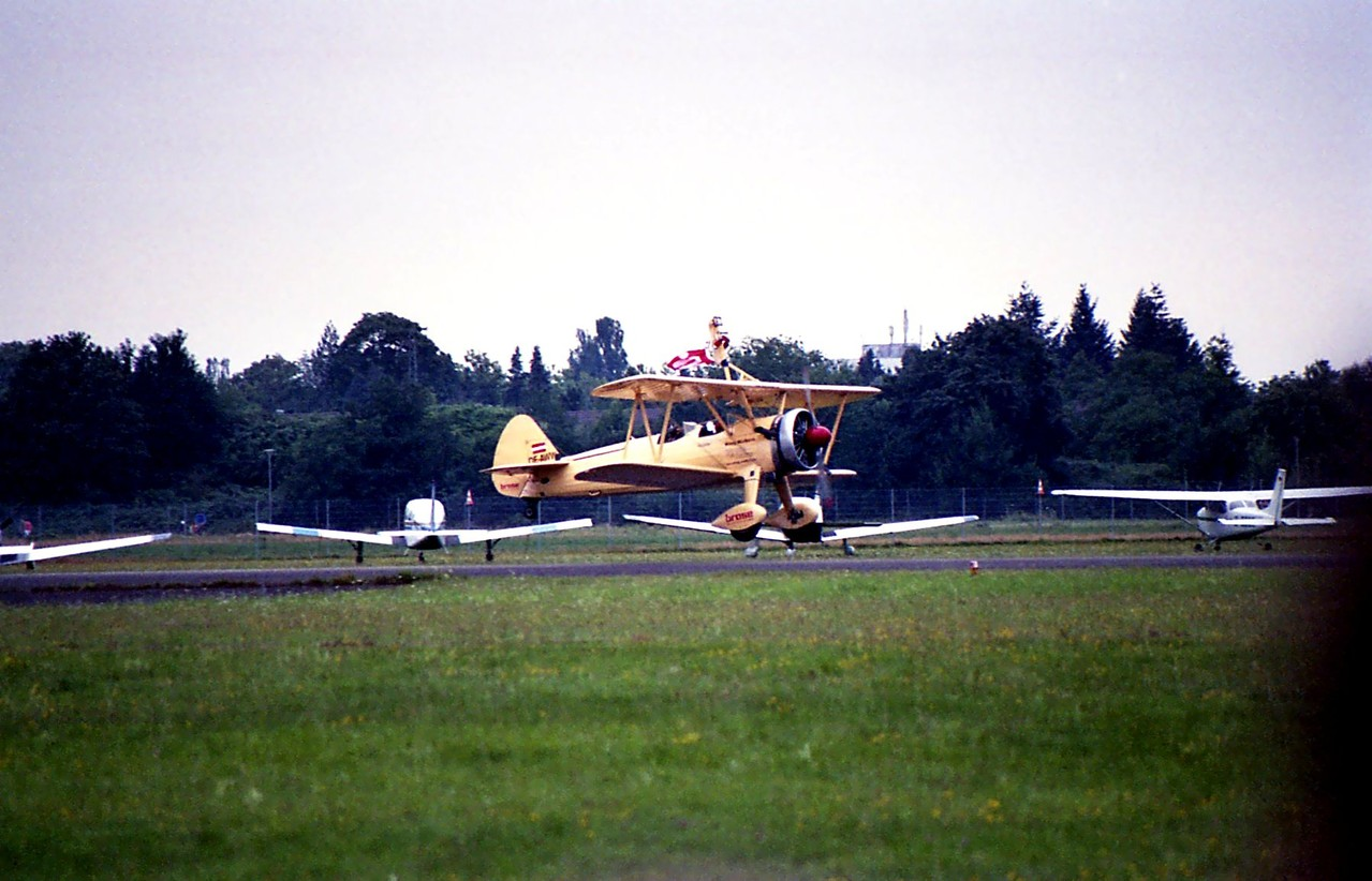 Boeing Stearman Jörg Meier Peggy Krainz als Wingwalkerin