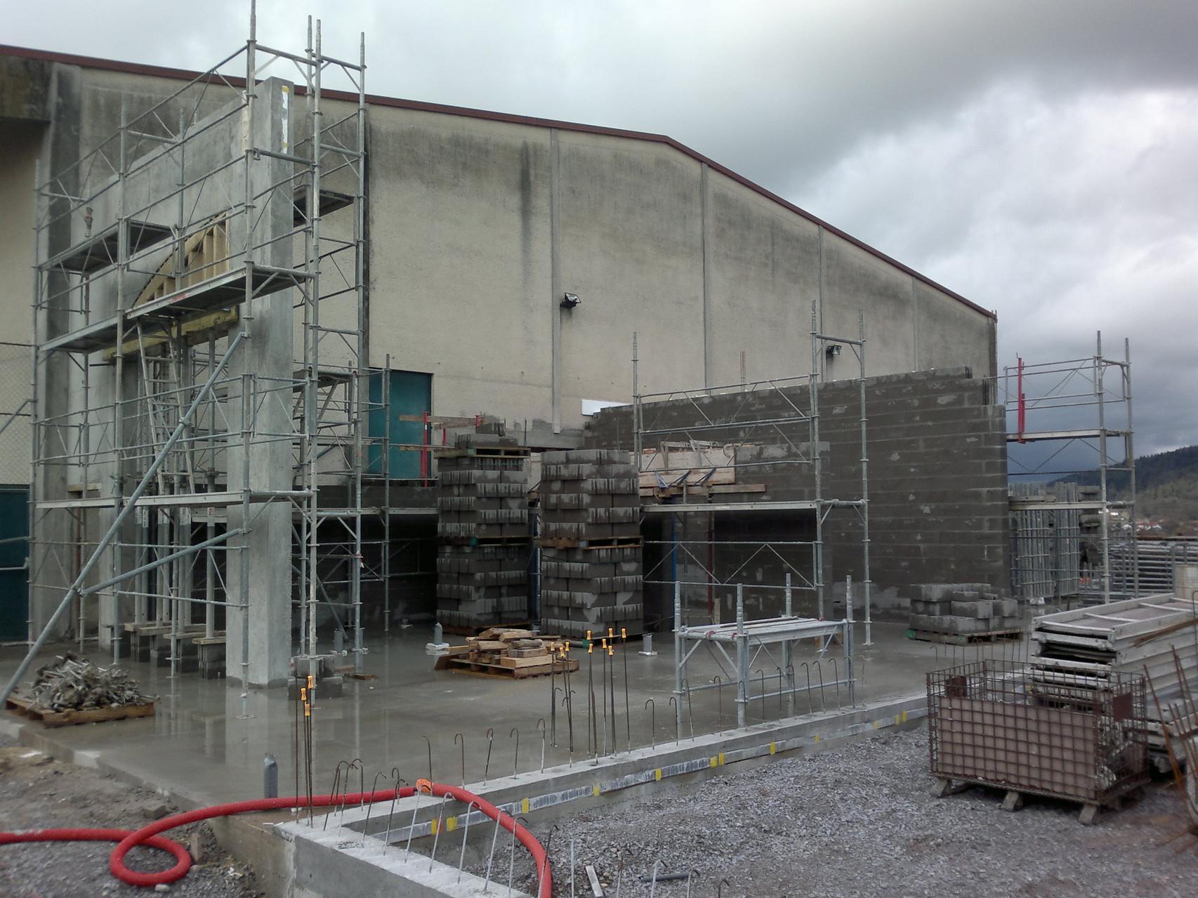 Sem09: Des murs se montent, ceux du passage vers le gymnase et les vestiaires...
