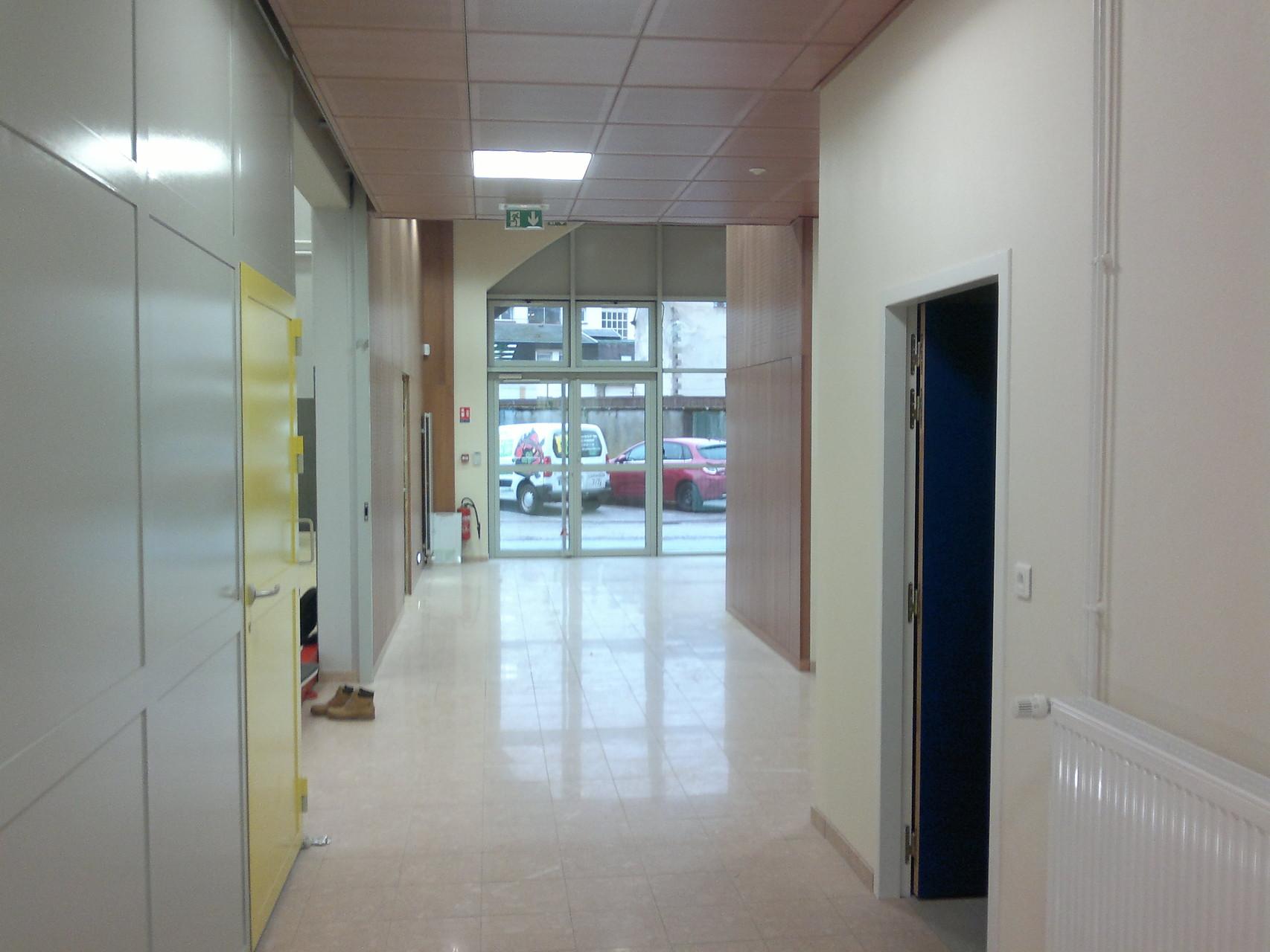 Vue du fond du couloir vers l'entrée.