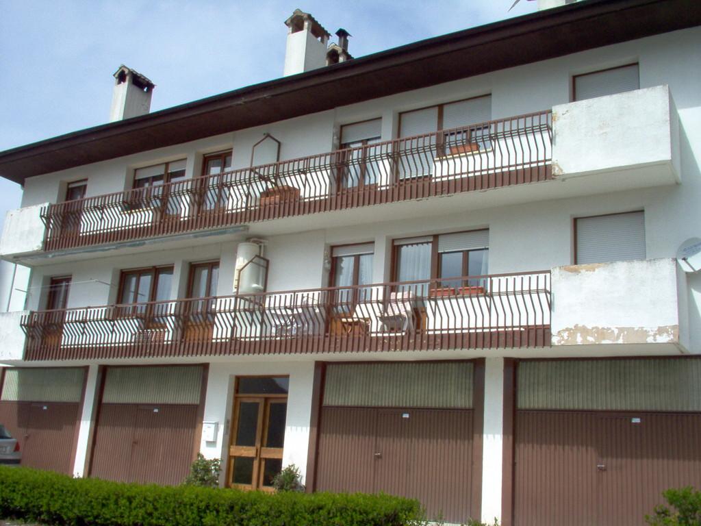 Fachada con ventanas de PVC en color embero Elegance de Cotec