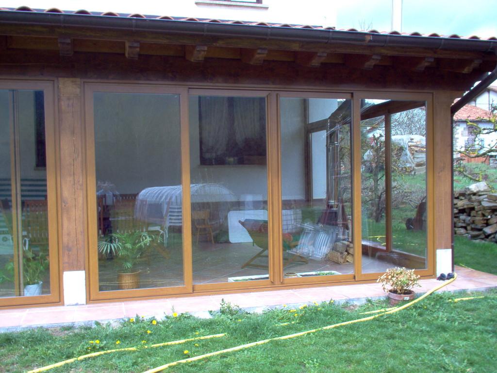 Porches de aluminio y madera aluminios no in gar s for Puertas para terrazas