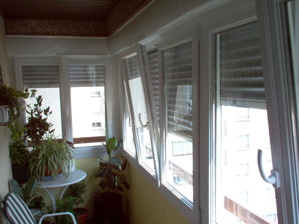Cerramiento de terraza con perfilería de pvc Kommerling en color blanco