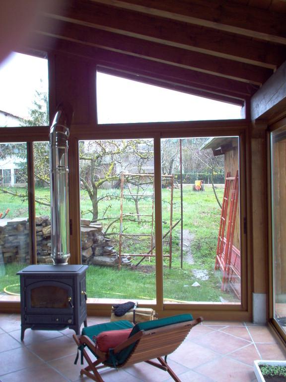 Puertas correderas en porche de madera