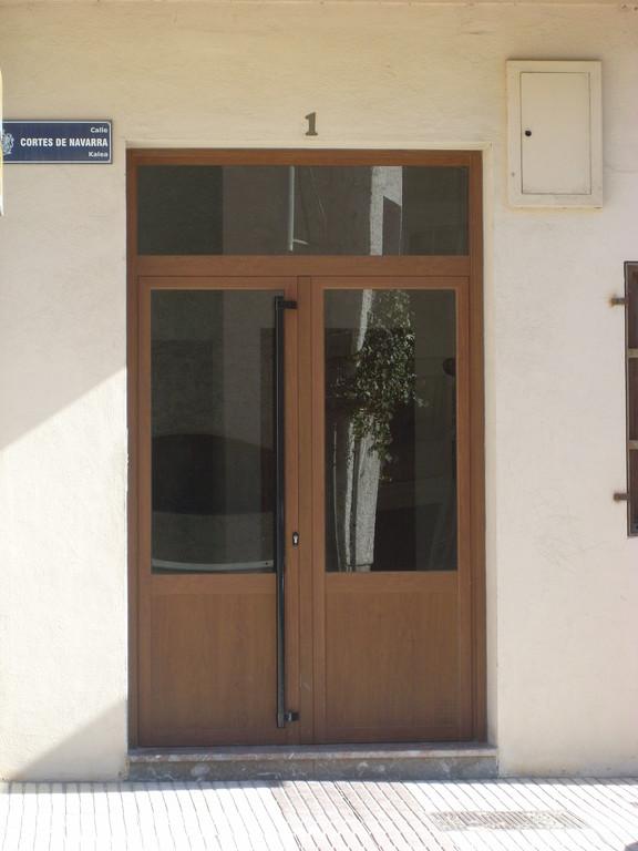 Puerta de portal de aluminio en color embero