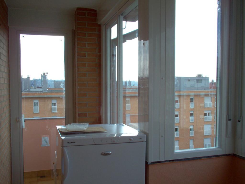 Cerramiento de terraza con aperturar correderas en aluminio blanco