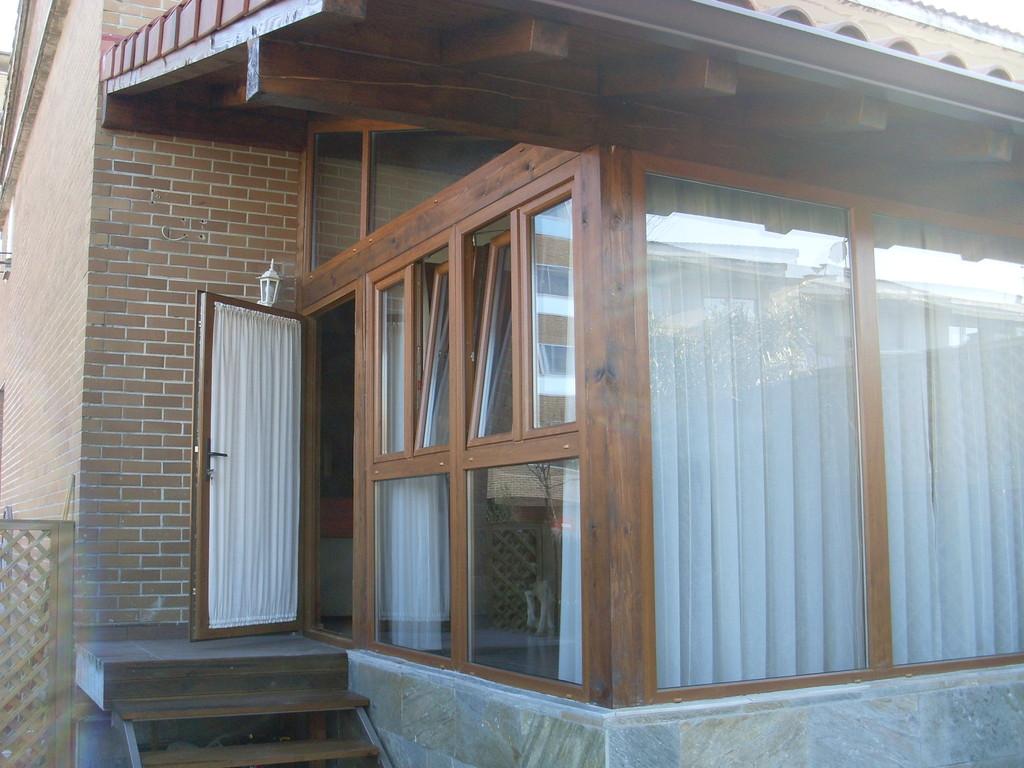 Porche de madera y aluminio