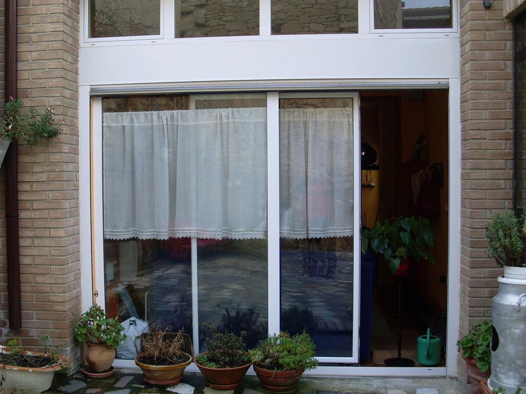 Puerta obsciloparalela en Vitoria, Álava