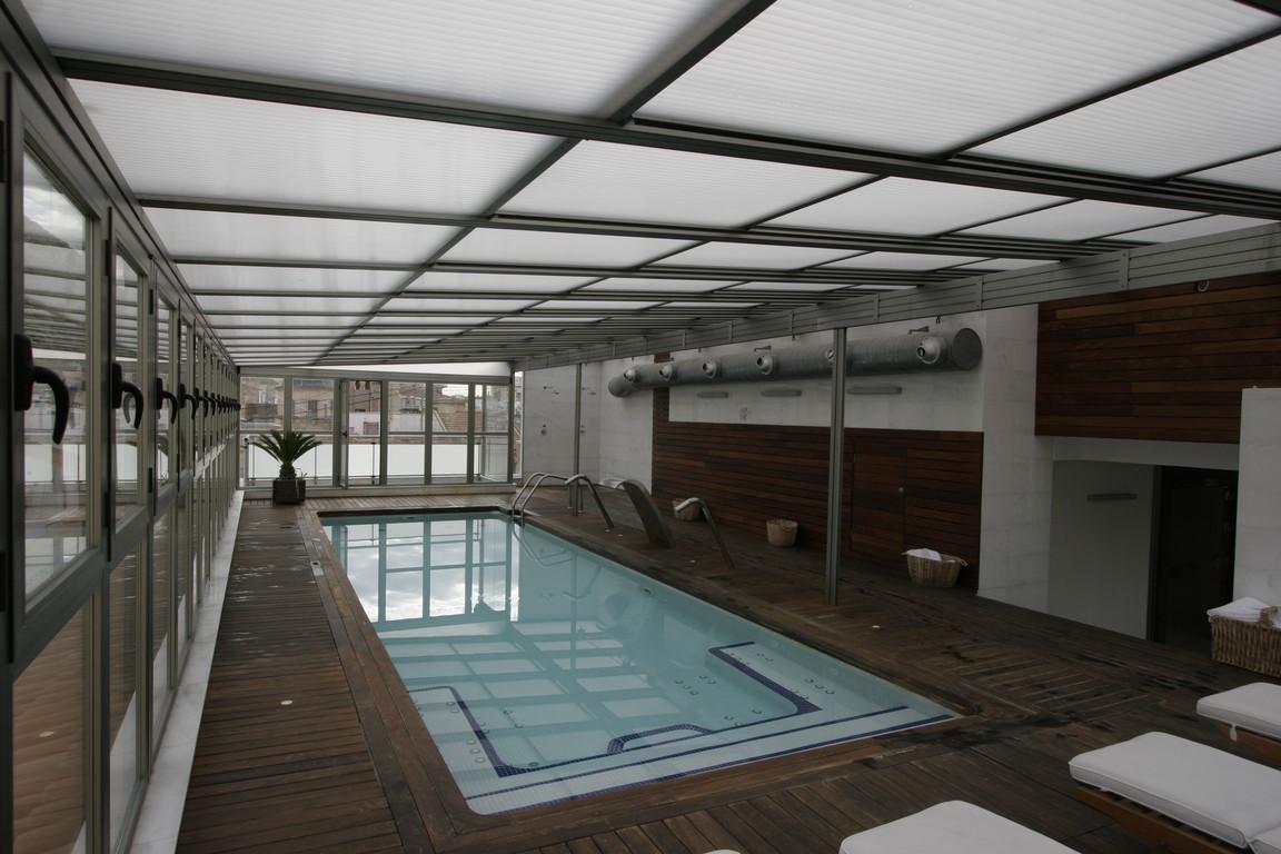 Cubierta de piscina con techo móvil de policarbonato