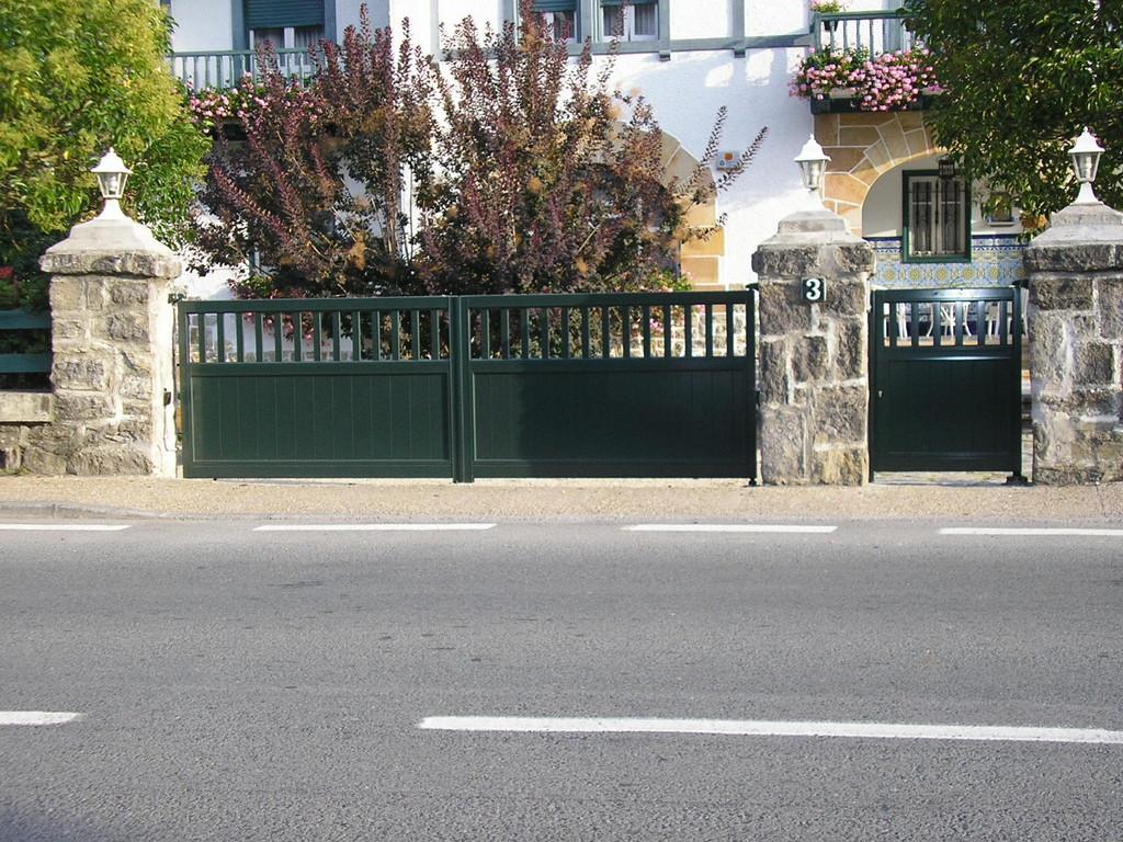 Puertas correderas jardin cool puerta corredera jardn for Amaru en la puerta de un jardin