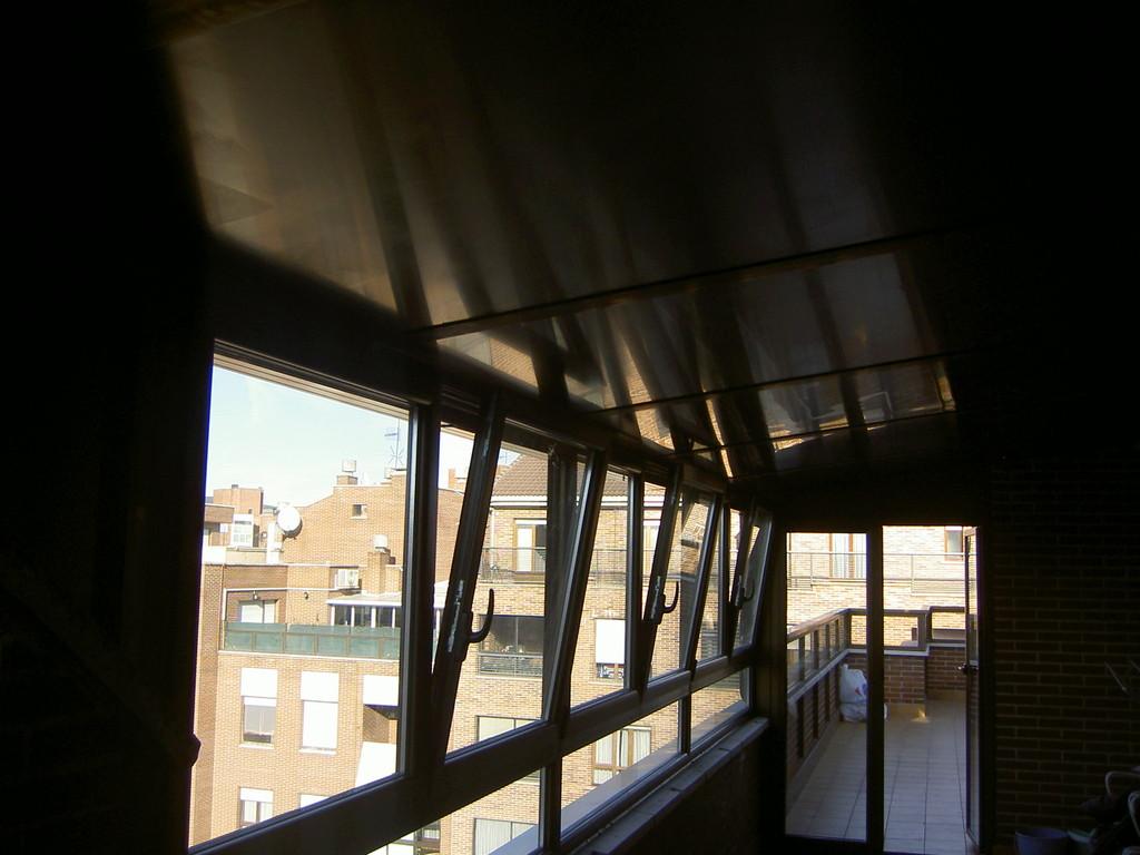 Ventanal en techo de panel sandwich
