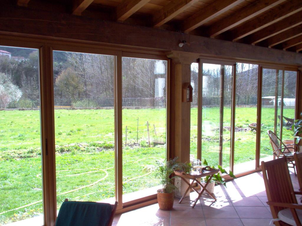 Vista interior de porche cerrado con aluminio